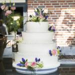 Witte bruidstaart met bloemen - Bakkerij Bosgoed