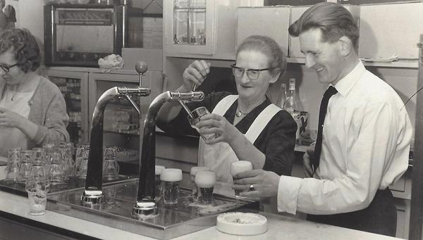 Anna Bosgoed samen met haar zoon Wim in 1967